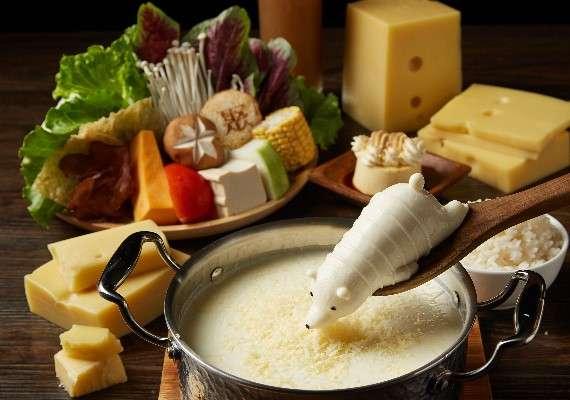 主廚特製的香濃牛奶湯底,加入膠質滿點的豚骨昆布熬煮而成。(圖/取自聚  北海道昆布鍋 粉專)