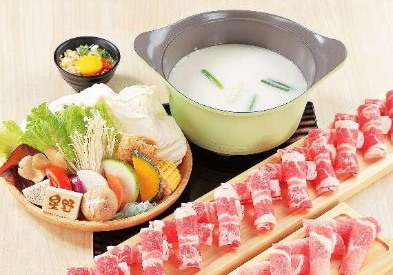 星野肉肉鍋起司牛奶鍋的最大特色,莫過於白色「小熊造型」湯塊。(圖/取自星野肉肉鍋-高雄鳳山青年店 粉專)