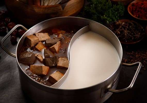 加入多種起司熬煮的純白濃郁湯頭,喝起來溫醇順口。(圖/取自肉多多火鍋-火鍋第一品牌 粉專)