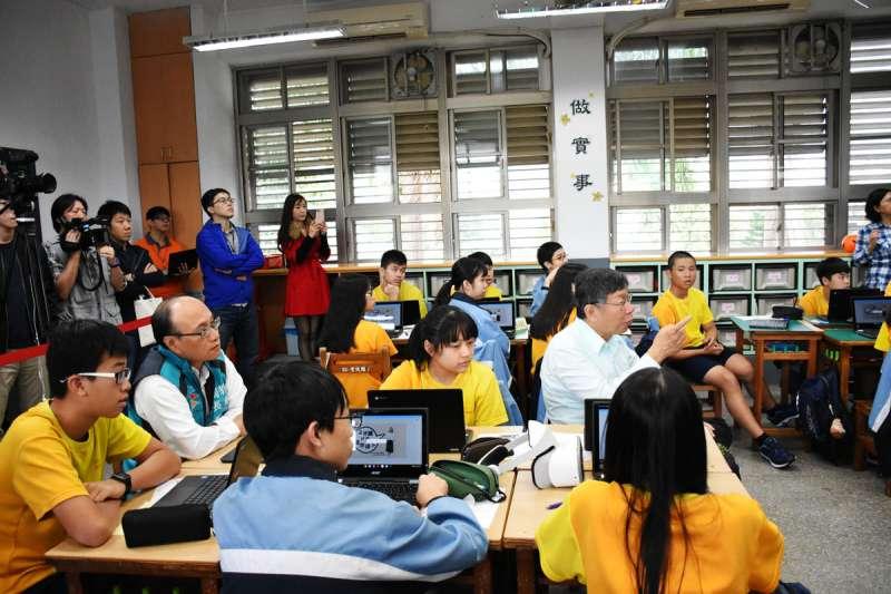 台北市政府打造「台北酷課雲」教育平台,透過「一生一平板」,讓課程變得豐富。(台北市政府提供)