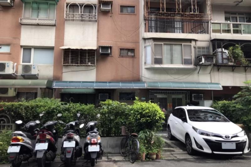 公寓一樓多前院多半可以停車,非常方便。(圖/591提供)