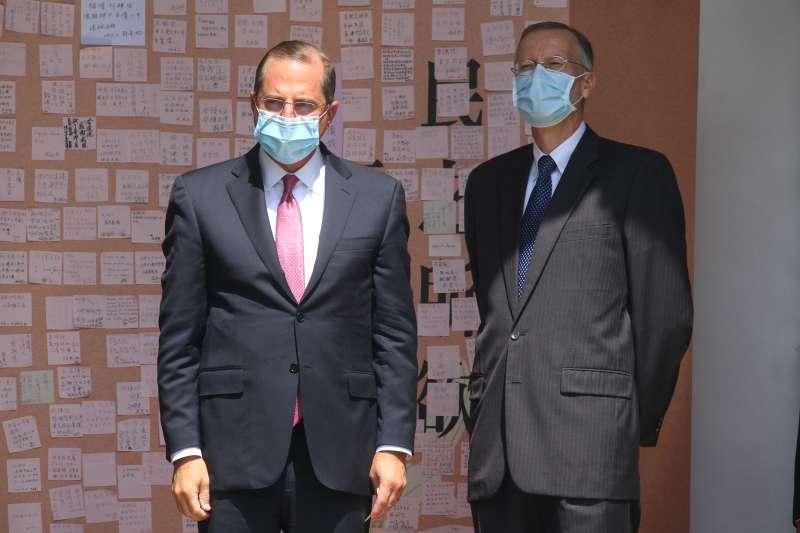 20200812-美國衛生部長艾薩(Alex Azar)(左)至前總統李登輝追思會場弔唁,右為AIT處長酈英傑。(蔡親傑攝)