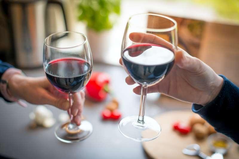 圖三 私下場合可以隨便喝,但是正式或商務場合還是要注意一下品飲禮儀和規範,別鬧笑話了。 (圖/ Pexels by Skitterphoto)