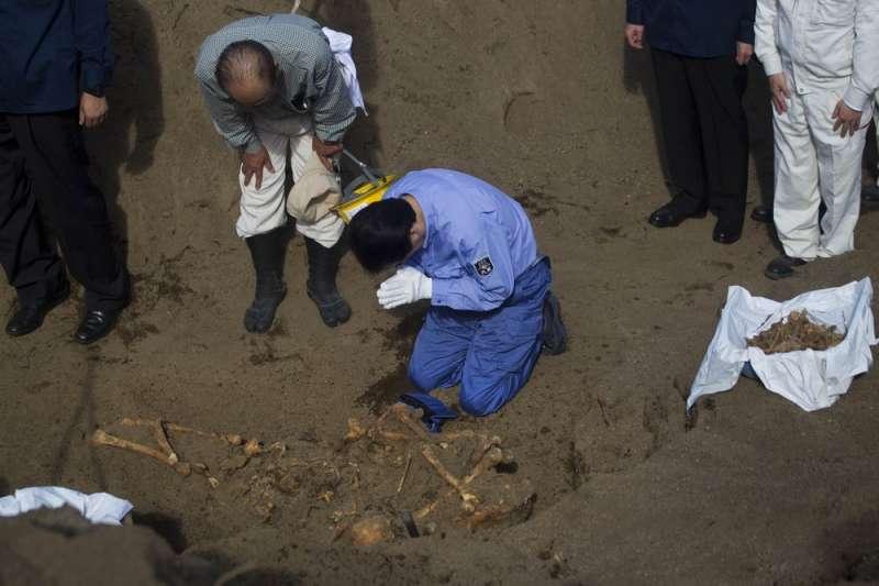 2010年資料照,日本時任首相菅直人前往硫磺島,悼念死於當地的日本士兵遺骸。(AP)