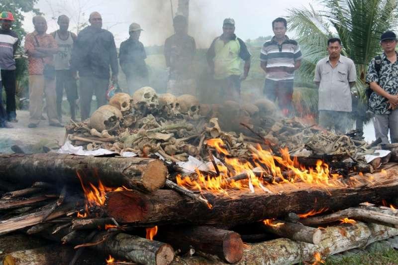 2013年資料照,印尼巴布亞省為二戰陣亡日本士兵舉行火化儀式。(AP)