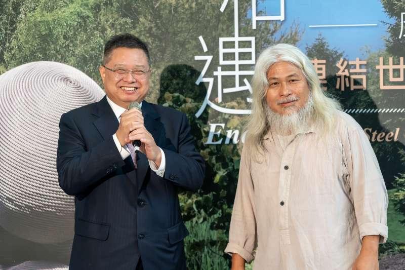 林鴻明(左)與康木祥攜手透過藝術讓廢棄回收物重生(圖片來源/優新聞)