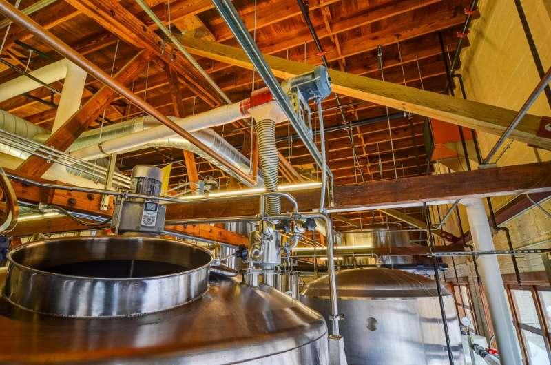 3Brewery Vivant釀酒廠除了建築的環保追求,對於啤酒品質也相當注重,釀酒使用不銹鋼發酵桶,避免發酵中的啤酒液被太陽直射影響啤酒的顏色及質量,同時發酵溫度也較容易控制。(圖片來源:Brewery Vivant官方網站)