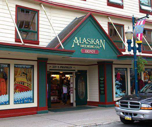 4Alaskan Brewing Co.的啤酒廠為減少運輸產生的碳足跡,盡可能使用當地原料。此為位於當地的啤酒商店,店內也提供各種阿拉斯加在地商品。(圖片來源:Alaskan Brewing Co.官方粉絲團)