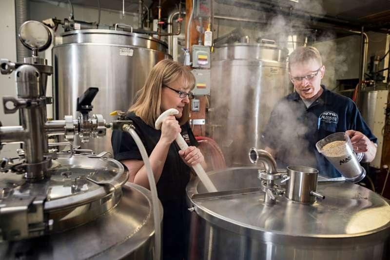 5Alaskan Brewing Co.選用當地原料,減少運輸成本。(圖片來源:Alaskan Brewing Co.官方粉絲團)