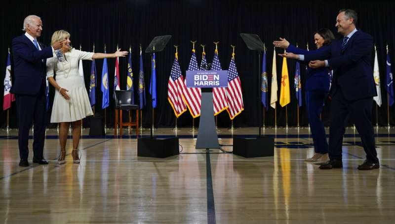 美國前副總統拜登與副手人選、加州參議員賀錦麗,12日首度同台亮相。(AP)