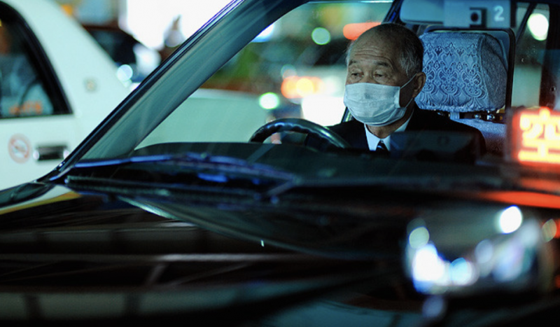 在日本,許多計程車司機到了六、七十歲,仍繼續工作。(圖/Alfie Goodrich@ flickr)