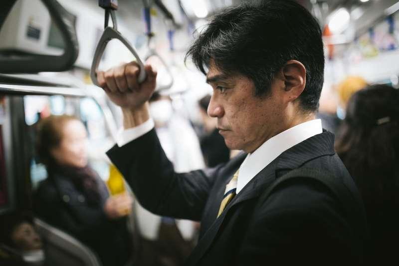 「我通勤時間大概就要花1個半~2小時左右,這個時間在日本非常正常。」鄉家一希說到。(示意圖/pakutaso)
