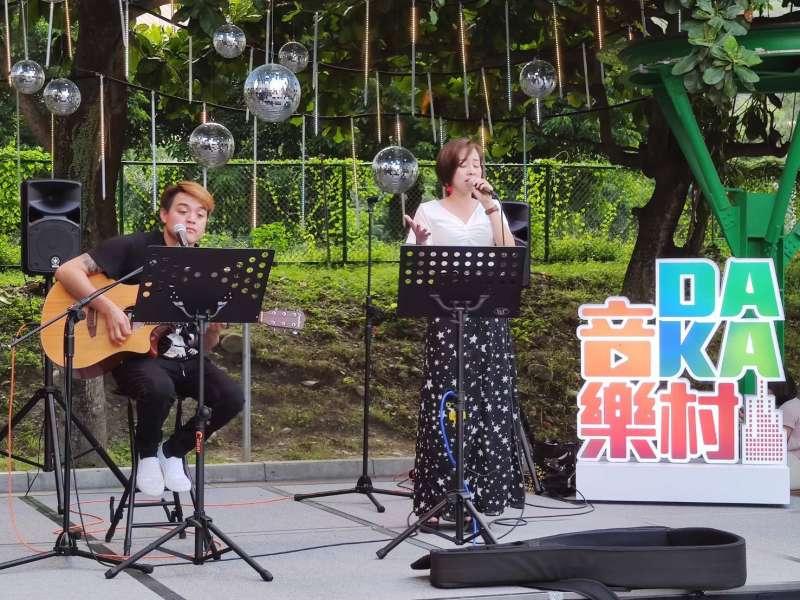 20200817-台泥在花蓮DAKA園區舉辦一場全原住民歌手演唱會,現場不少觀眾著傳統服飾熱情參與。(台泥提供)