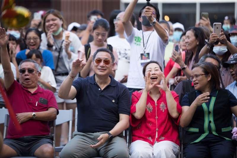 20200817-台泥董事長張安平(左2)和花蓮縣長徐榛蔚(左3)也受音樂感染,跟著節奏搖擺吶喊。(台泥提供)