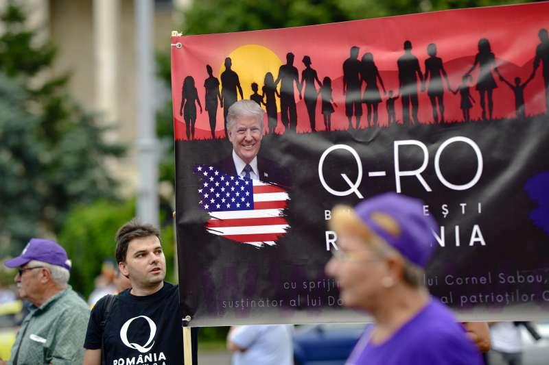 新興右翼組織「匿名者Q」在新冠肺炎疫情期間快速崛起,成員堅信民主黨菁英密謀掌控國家、推翻川普政府。(AP)