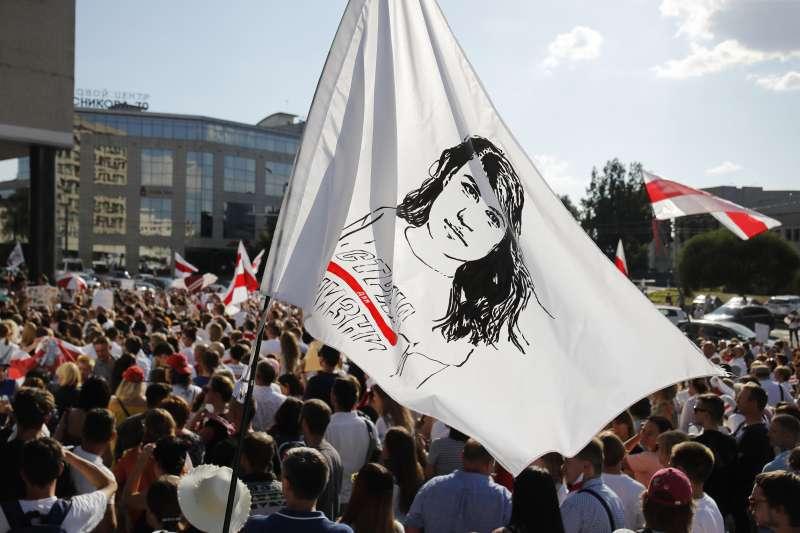 白俄羅斯爆發獨立以來最大規模示威潮,群眾在抗爭現場高舉反對派候選人蒂卡諾夫斯卡婭的旗幟。(AP)