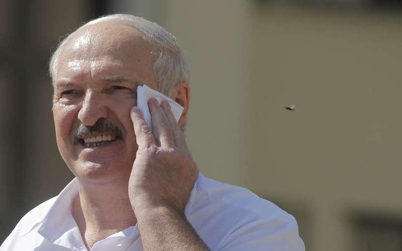 白俄羅斯爆發獨立以來最大規模示威潮,掌權逾25年的總統盧卡申科17日一改強硬態度,宣布將舉行修憲公投並移交權力。(AP)