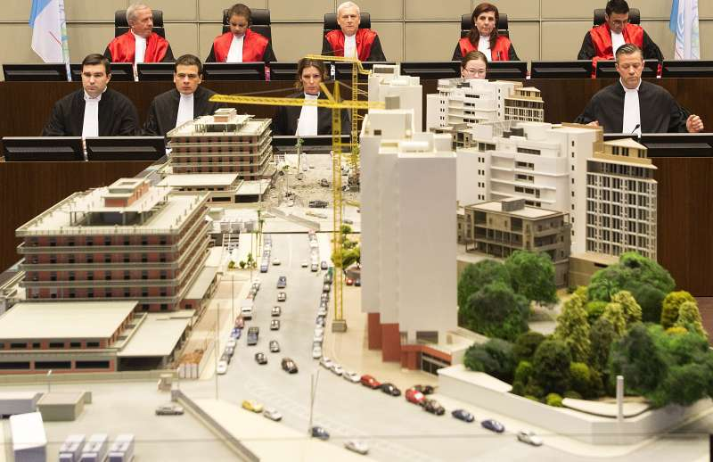 2020年8月18日,國際法庭判決真主黨一名成員有罪,需為2005年貝魯特爆炸案負責。圖為法官與現場還原模型(AP)