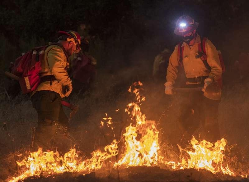 加州連日大火,消防資源短缺。(美聯社)