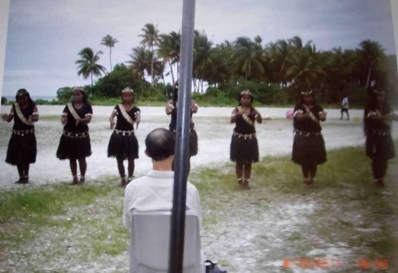 台灣前駐吉里巴斯大使何登煌20日接受自由亞洲電台專訪表示,2011年,他受邀前往吉里巴斯外島BEKIN,受到最崇高的禮遇。(何登煌提供)