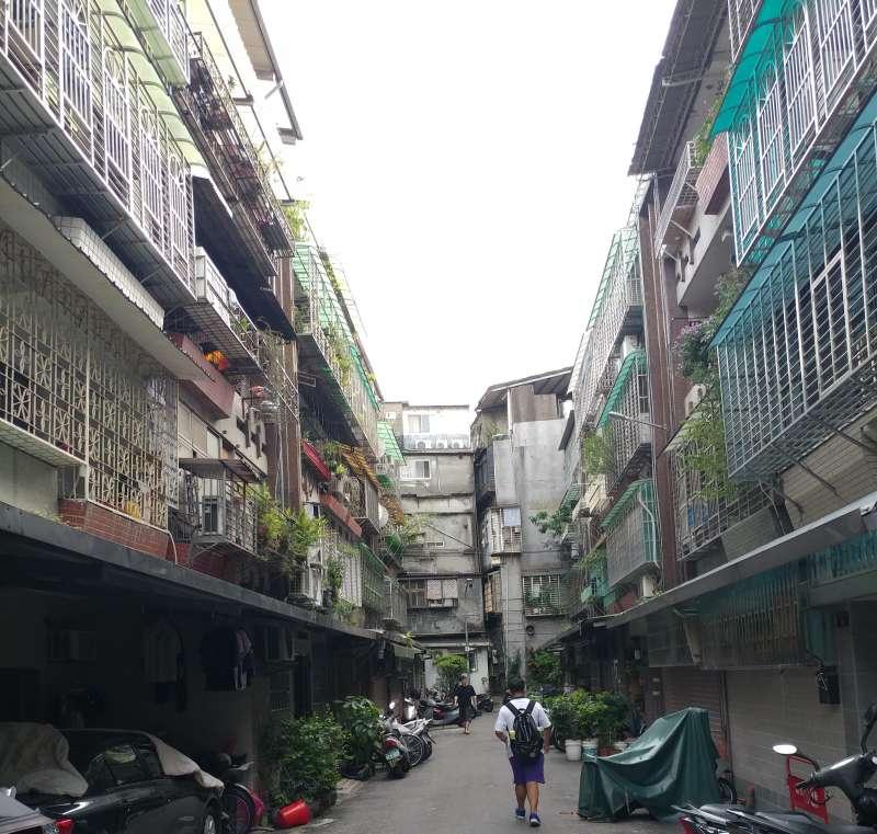 雙北年輕人若想入住蛋黃區,往往只能屈就年紀跟自己爸媽一樣大的中古公寓。(新新聞資料照)
