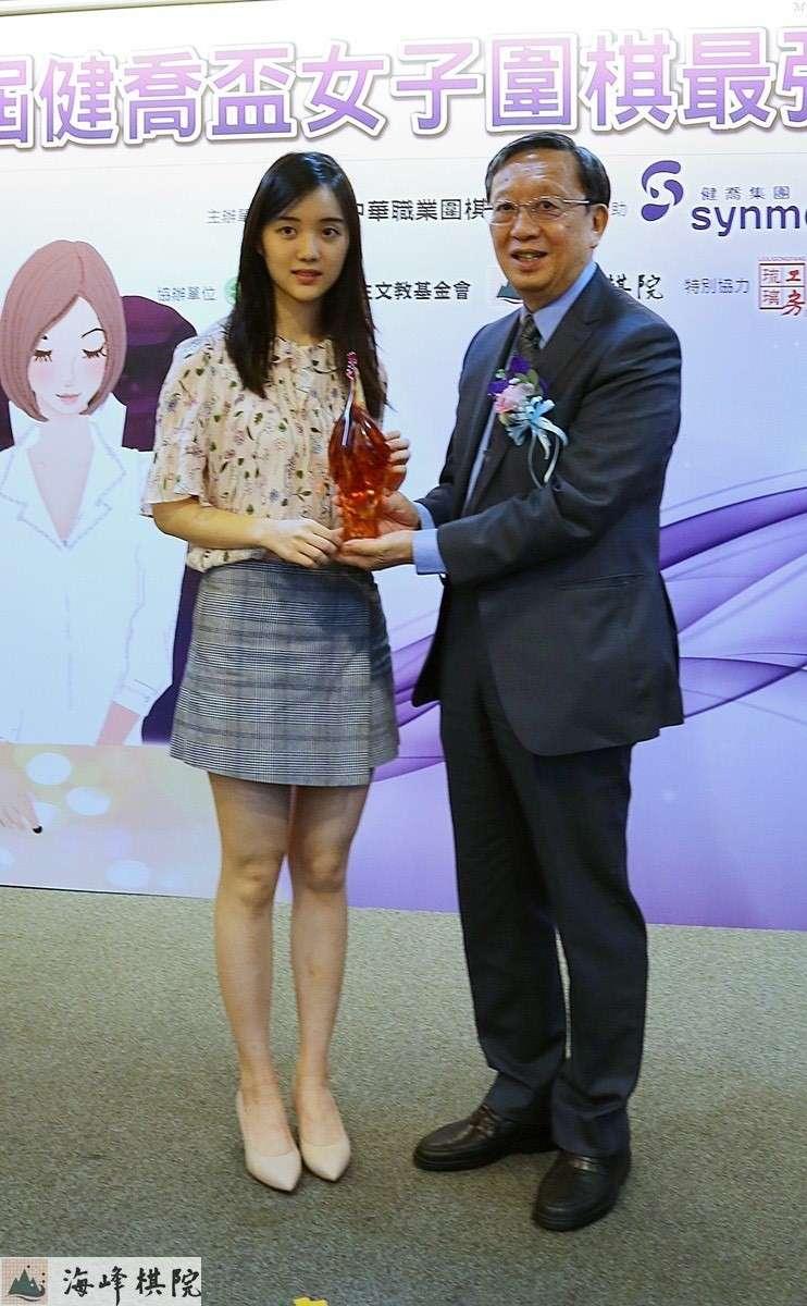 冠軍俞俐均(左)健喬董事長林智暉(右)。(健喬提供)