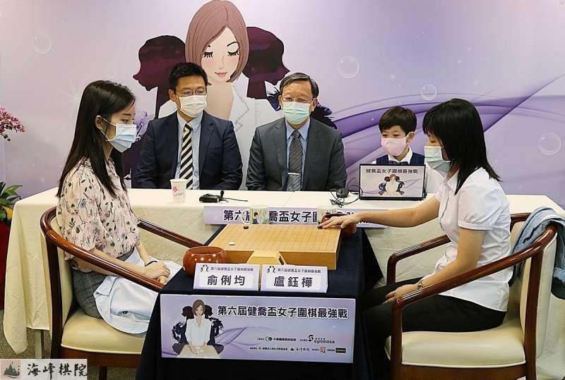 健喬董事長林智暉(中)見證決賽開局。(健喬提供)