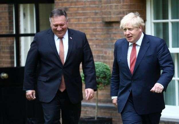 龐畢歐7月訪英期間會見首相約翰遜。(BBC News中文)