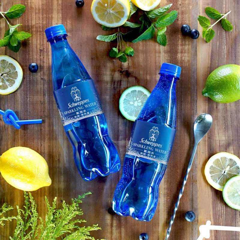 「舒味思」氣泡水採用藍色寶特瓶設計,預計2020年底香港會率先改為透明瓶身。(圖片來源:Schweppes舒味思官方臉書粉絲團,食力FoodNext提供)