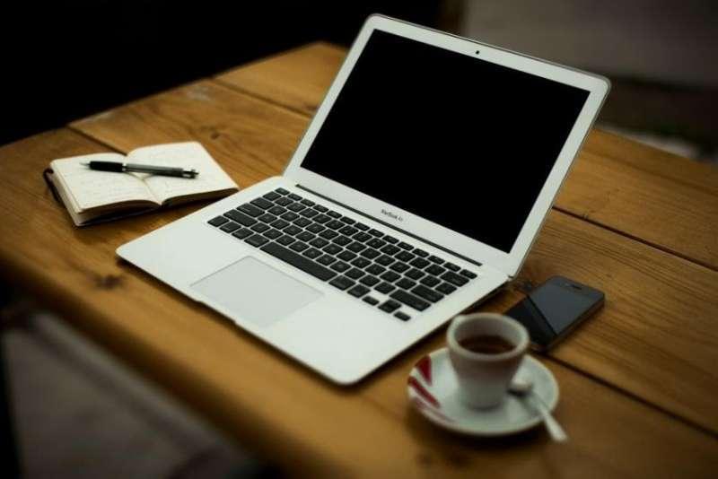 假設一個情境,上班時,你回到自己的辦公座位,發現桌上一杯「看似」咖啡的飲料。(圖/Pixabay )