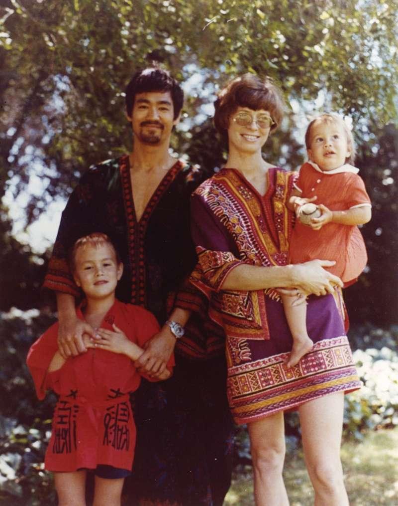1970年代李小龍與妻子Linda Lee Cadwell、兒子李國豪和女兒李香凝。(圖/取自TALTER TAIWAN)