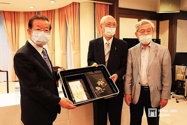 日本下水文化研究會的代表致贈募捐而來的善款,由謝長廷大使代表受贈,並代為轉交,作為巴爾頓銅像復原的經費之用(圖/想想論壇提供)