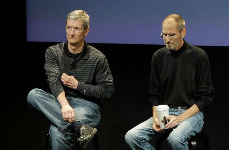 2010年,庫克(左)和賈伯斯在加州庫比蒂諾蘋果會議上。庫克於2011年8月接任公司首席執行長。(AP)