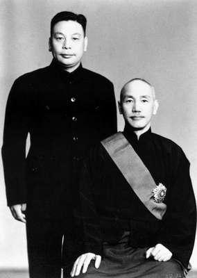 蔣介石與蔣經國。(圖/維基百科)