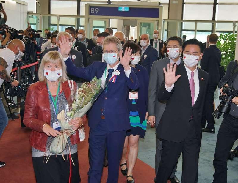 20200830-捷克參議院議長韋德齊(前排左二)、外長吳釗燮(右一)30日率團訪台。(盧逸峰攝)