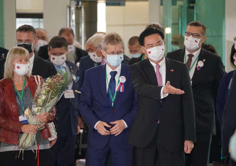 20200830-捷克議長韋德齊30日率採訪團抵達台灣桃園國際機場,外交部長吳釗燮親自接機。(盧逸峰攝)