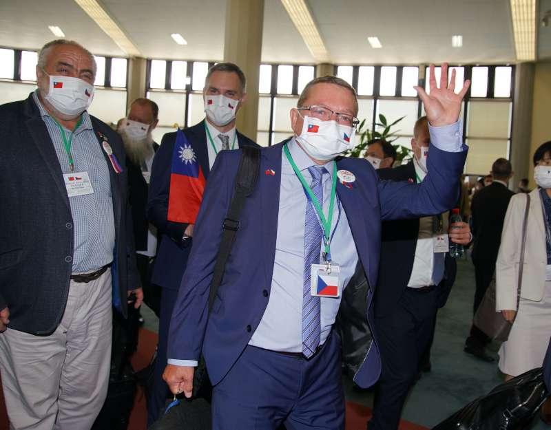 20200830-捷克政要訪問團30日抵達台灣,同行成員熱情朝媒體揮手致意。(盧逸峰攝)