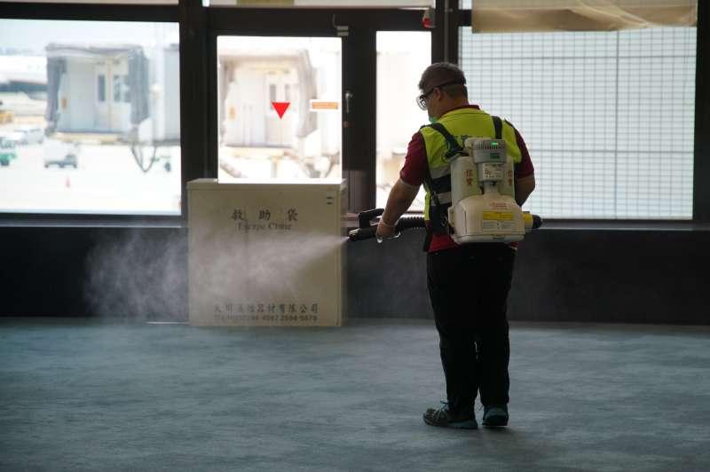 20200830-捷克政要訪問團30日抵達台灣,清潔人員於登機門消毒。(盧逸峰攝)