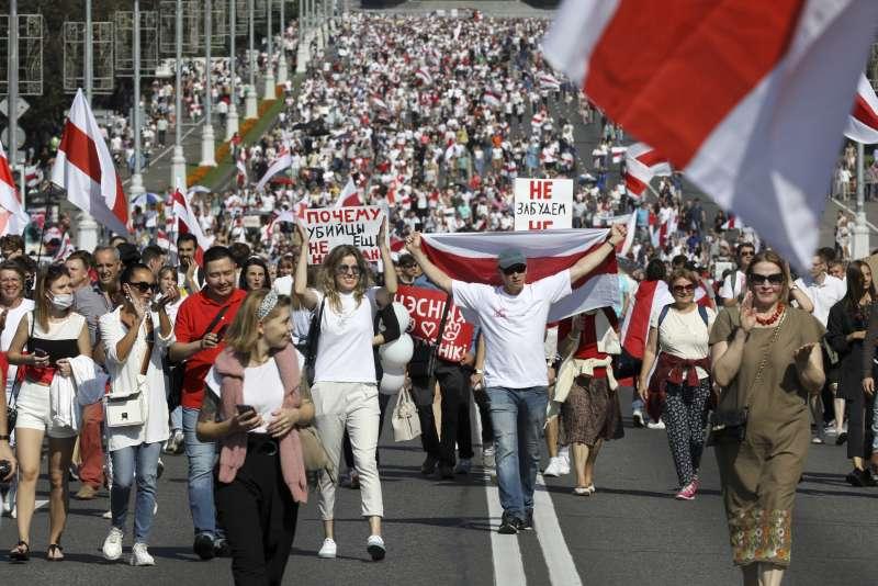 盧卡申科30日生日當天又爆發一場示威活動,總計逾10萬人參加,集體高喊「總統下台!」。(AP)