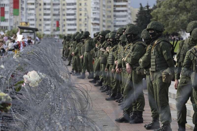 白羅斯30日示威活動開始前,大批鎮暴警察封鎖路線,阻止民眾前行。(AP)