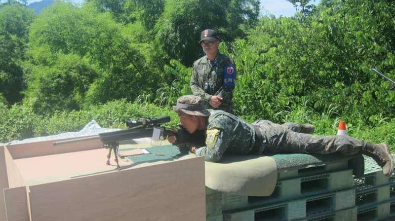 333旅臉書發布的照片,也透露現代戰場執行任務的狙擊手,可能面對的射擊環境相當複雜。(圖片取自「埔光部隊(三三三旅)-北大武山下的點滴」臉書)