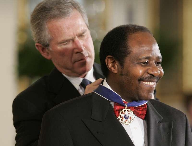 2005年,時任美國總統布希頒授魯塞薩巴吉納「總統自由勳章」。(美聯社)