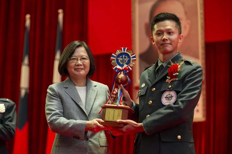 20200902-陸軍33化學兵群偵四連長王聖達(右)接受總統蔡英文(左)表揚。(取自總統府Flickr)