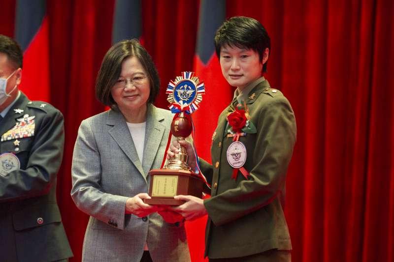 20200902-憲兵202指揮部「快速反應連」連長嚴培文(右)接受總統蔡英文(左)表揚。(取自總統府Flickr)