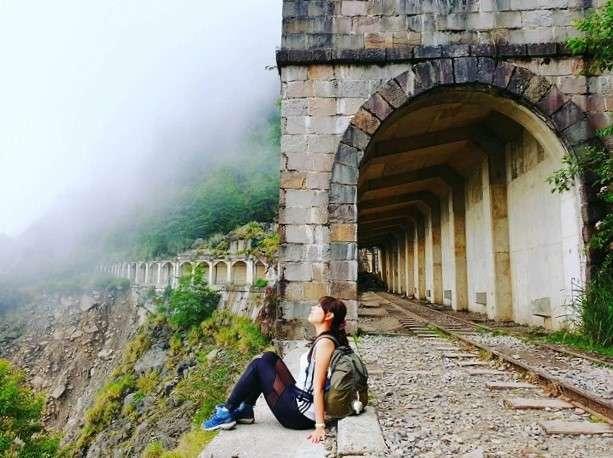 阿溪縱走路線景點-明隧道。(圖/攝影者:seatingstar77授權提供, Instagram)