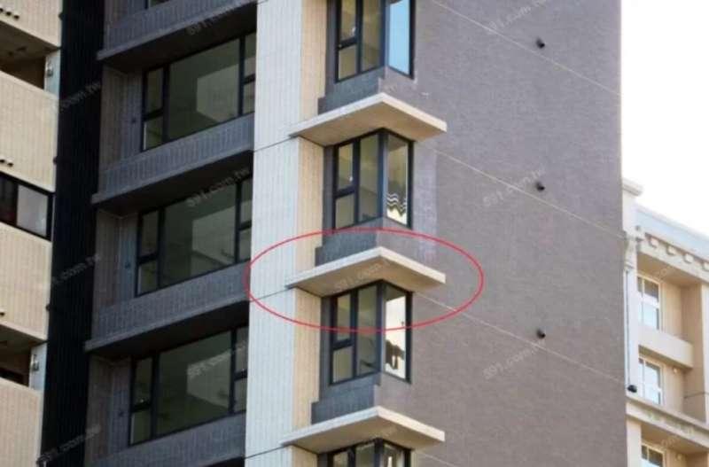 02雨遮(紅框處)具有遮陽、防雨、防火災蔓延等功用。(圖/591房屋交易網提供)