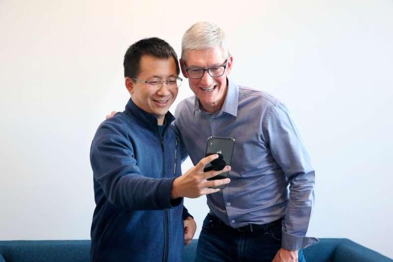 2018年10月,字節跳動CEO張一鳴和蘋果CEO庫克在字節跳動北京總部。(AP)