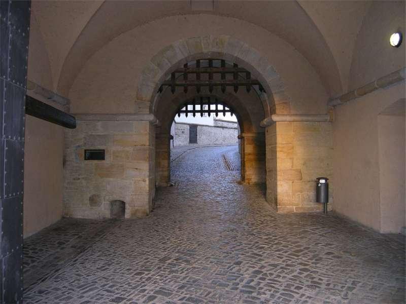 德國某城堡外圍的雙閘門。(圖/維基百科)