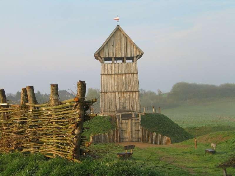 重建過後的木造城堡,位於德國呂特延堡。(圖/維基百科)