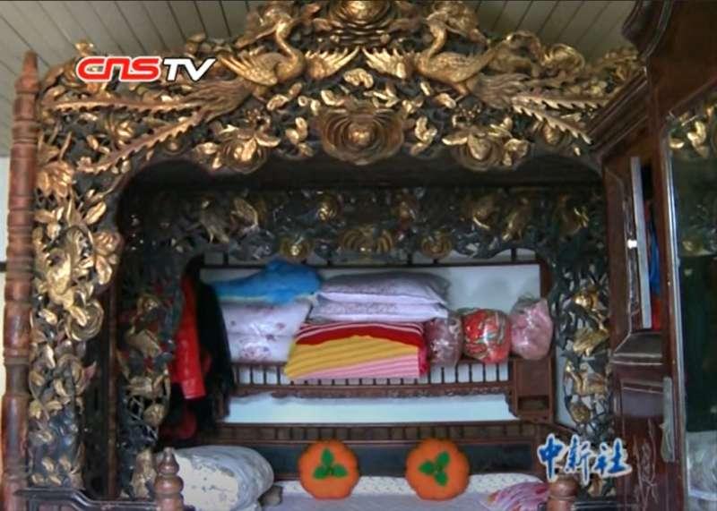 就像一個小房間一樣,龍床睡起來真的舒服嗎?(圖/取自youtube)